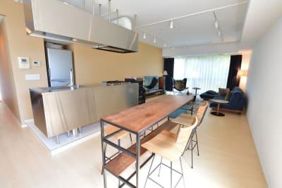 広々アイランドキッチンにカジュアルなハイテーブル(4人掛け)を設置 - 六本木デザイナーズハウススタジオの室内の写真