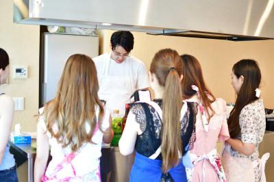 アイランドキッチンがライブ感があり。料理教室として人気があります。 - 六本木デザイナーズハウススタジオの室内の写真