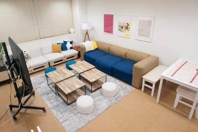 ローテーブルは人数や使用用途に応じて、配置を変えてご利用ください🐈⬛ TVも移動可能です  🐈⬛ - FUN HOUR 新宿御苑 パーティールームの室内の写真