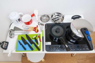 調理器具達です。たこ焼きセットが可愛いくて愛おしい存在なのです🐙 (左下に写り込んでいるのは包丁研ぎ器です) - FUN HOUR 新宿御苑 パーティールームの設備の写真