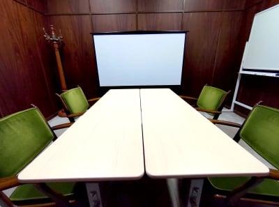 80インチスクリーンの大画面にプロジェクター投影できます - レンタルスペース ノア 小会議室(2F)の室内の写真