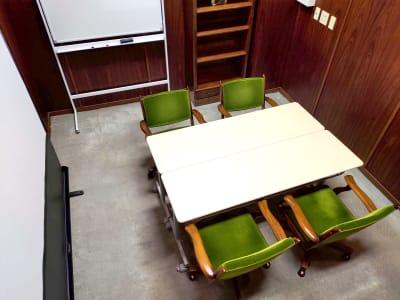イスはゆったり目のサイズになっており4席配置されています - レンタルスペース ノア 小会議室(2F)の室内の写真