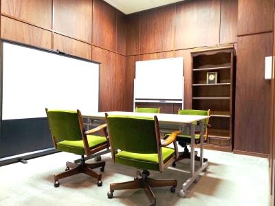 壁はウッドウォールになっており、落ち着いた環境でゆったりと過ごせます。会議や勉強会、セミナーに集中してご利用いただけます。 - レンタルスペース ノア 小会議室(2F)の室内の写真