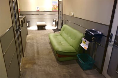 2Fフロアにもソファがあり、面談者がお待ちいただけます - レンタルスペース ノア 小会議室(2F)の室内の写真