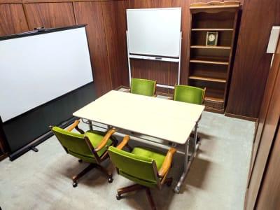 スクリーン横にはホワイトボードがございます - レンタルスペース ノア 小会議室(2F)の室内の写真