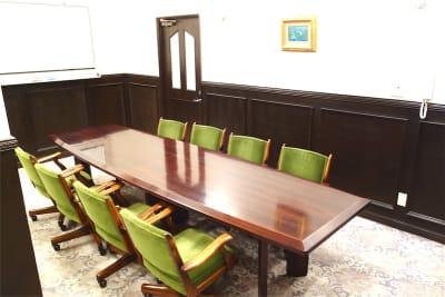 ホワイトボードとスクリーンがございます - レンタルスペース ノア 中会議室(2F)の室内の写真