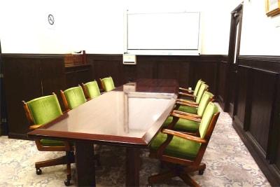 イスはゆったり目のサイズになっており8席配置されています - レンタルスペース ノア 中会議室(2F)の室内の写真