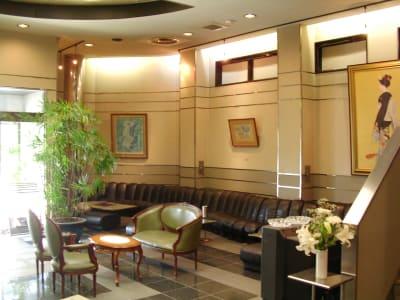 1Fフロアは吹き抜けのように広々としており、会議の合間にリフレッシュできます - レンタルスペース ノア 大会議室(2F)の室内の写真