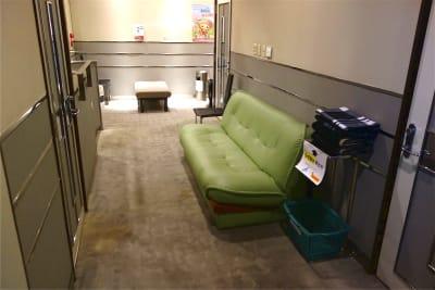 2Fフロアにもソファがあり、面談者がお待ちいただけます - レンタルスペース ノア 大会議室(2F)の室内の写真