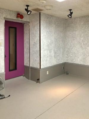 AH Sound proof B1 防音ルーム(鏡あり)の室内の写真