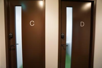 小田急レンタルスペース 個室Cの入口の写真