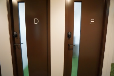 小田急レンタルスペース 個室Eの入口の写真