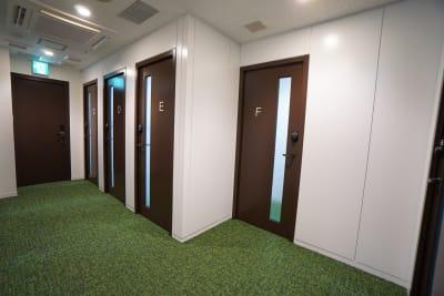 小田急レンタルスペース 個室Fの入口の写真