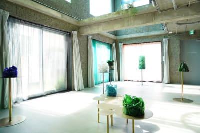 展示会イメージ (2021 ガラス彫刻アーティスト大東真也作品展) - Blend Studio イベント利用4~6時間プランの室内の写真