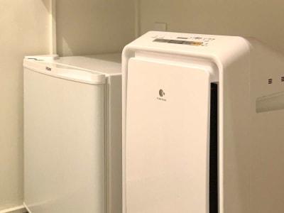 【客室】空気清浄機、冷蔵庫 - カモンホテルなんば テレワークスペース(2~3階)の設備の写真