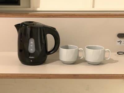 【客室】ケトル、マグカップ - カモンホテルなんば テレワークスペース☆の設備の写真