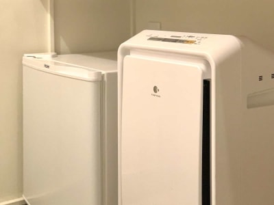 【客室】空気清浄機、冷蔵庫 - カモンホテルなんば サロンスペース☆の設備の写真