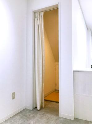 階段下に物入れのスペースがあるので荷物を入れていただいても、お洋服の試着室としてもご利用いただけます。 - Gallery-01 レンタルギャラリーの室内の写真