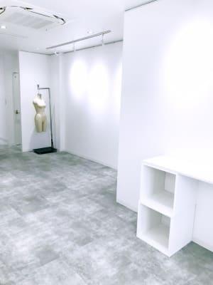 右側奥も展示スペースです。 - Gallery-01 レンタルギャラリーの室内の写真