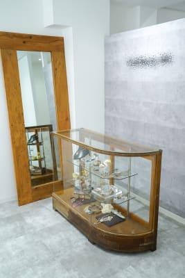ギャラリー奥の一角はビーズ刺繍のショップスペースです。こちらの大型鏡は貸し出しできます。 (ショーケースは貸し出しは不可です。) - Gallery-01 レンタルギャラリーの室内の写真