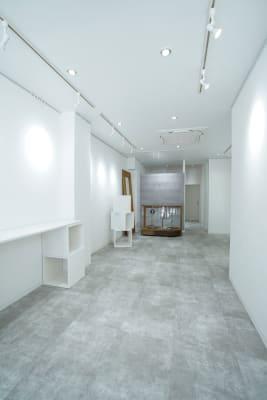 可動式のBOXや棚、木脚などを自由に組み合わせて展示台にお使いいただけます。 - Gallery-01 レンタルギャラリーの室内の写真