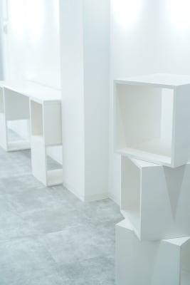 展示用のBOXや板などを自由に組み合わせることができます。  BOXは40角が8個 板は180×40×1.8cm4枚 180×45×1.8cm2枚 - Gallery-01 レンタルギャラリーの設備の写真
