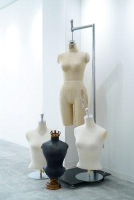 トルソーはこの4体の他にもジュエリー用の卓上トルソーが色々なサイズでございます。 - Gallery-01 レンタルギャラリーの設備の写真