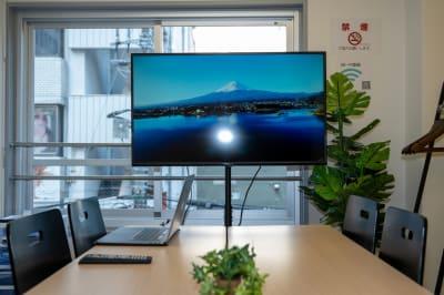 GS会議室藤沢駅南口店・イエロー 動画撮影や会議に最適な貸会議室の室内の写真