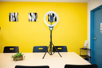GS会議室藤沢駅南口店・イエロー 動画撮影や会議に最適な貸会議室の設備の写真