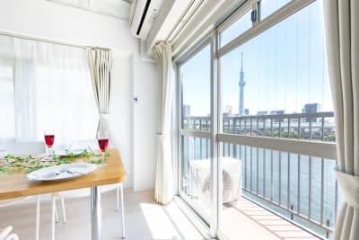 白を基調としたスタイリッシュなお部屋です。 隅田川が真横にあり、景色は絶景、2020年にフルリノベーションした物件で、このお部屋は最上階です。 - feel 浅草 501レンタルルームの室内の写真