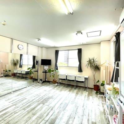 イスとテーブルを収納すればダンスやレッスン・演劇の練習・お稽古も! - レンタルスタジオ リル ダンスもできる貸し会議室の室内の写真
