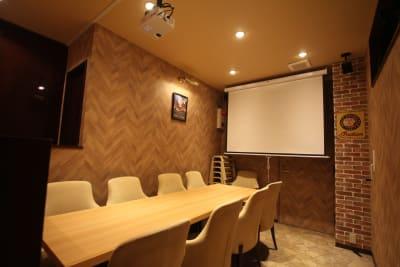 プロジェクターの大画面でテレビや動画などを観ることができます。(要HDMIケーブル) - レンタルスペース「UNO」の室内の写真