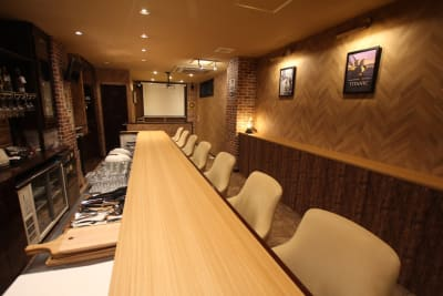 カウンターは椅子×8脚 - レンタルスペース「UNO」の室内の写真