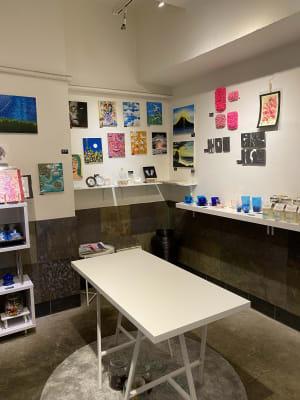 アート作品に常時囲まれながらご利用いただけます - ドアレス築地 ミニワークショップスペースの室内の写真