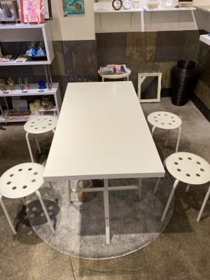 ストア正面のテーブルと椅子4脚、wifi、ポータブルスピーカーの貸出は無料です - ドアレス築地 ミニワークショップスペースの室内の写真