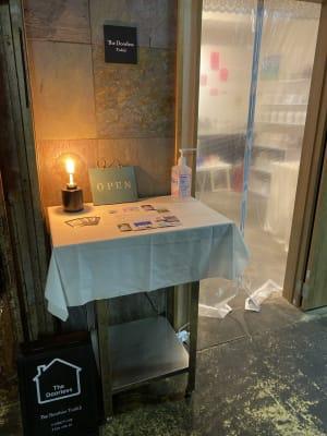 ビル中1F奥、隠れ家で小さなスペースですが、入れば別世界です^ ^ - ドアレス築地 ミニワークショップスペースの入口の写真