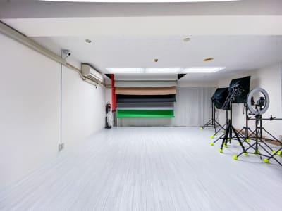 スタジオ内は広々、機材もペーパーも無料で利用OK - Studio Bis フォトスタジオの室内の写真