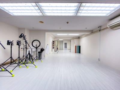 64㎡の広々空間、着替えスペースもトイレもございます。 - Studio Bis フォトスタジオの室内の写真