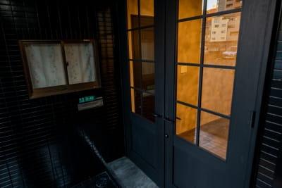コートホステル カラオケルームの入口の写真