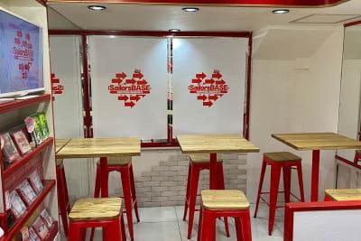 テーブルは全6席 会議やカードゲーム等利用可能 - SailorsBASE レンタルスペースの室内の写真