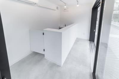 B,C棟は給排水が完備された固定のカウンターがあり、ご自由にお使い頂けます。 現在まで、コーヒーのプロモーション・イタリアンやスイーツの販売・スムージーのテイクアウトなどを期間限定でご利用いただいております。 - カイタックスクエアガーデン POCKET SHOP C棟の室内の写真