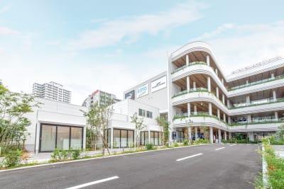 福岡天神エリア最大規模となる複合施設「CAITAC SQUARE GARDEN(カイタック スクエア ガーデン)」は約8000m²に及ぶ敷地内には、観光客はもちろんのこと、地域居住者に質の高いライフスタイルを提供できる商業施設です。 - カイタックスクエアガーデン POCKET SHOP C棟の外観の写真