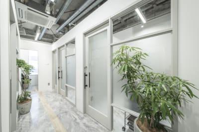 リコ今泉スクエア サロンスペース 個室型の入口の写真