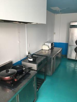 業務用冷蔵庫、冷蔵ストッカー、電子レンジ、ホットプレートなどございます。 - シェアキッチンDaidokoro あつまれみんなの台所の室内の写真