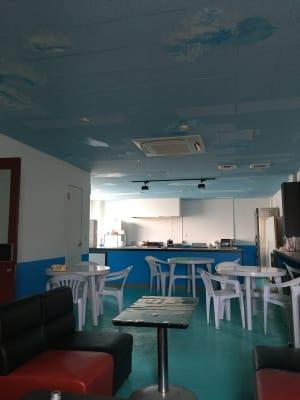 客席数は広々と座っても30人、少し詰めれば45人座れます。 - シェアキッチンDaidokoro あつまれみんなの台所の室内の写真