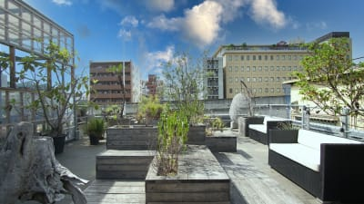 奥側はガーデンスペース。まるで都会の中のオアシスのような空間★ - KLASI COLLEGE 屋上プライベートBBQスペース①の室内の写真