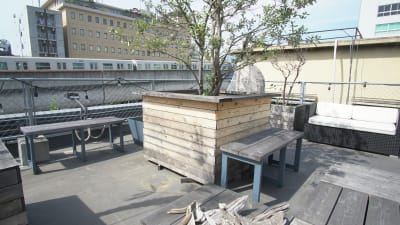 2名掛けベンチも計7つ無料で使用可能。 - KLASI COLLEGE 屋上プライベートレンタルスペースの設備の写真