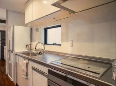オーブンレンジ 魚焼きグリル 食洗器 炊飯器と電気ケトル 冷蔵庫330L大容量 - 京都高瀬川の町家  CanalHouseの室内の写真