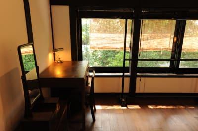 窓の外に高瀬川が見えるオフィススペース テレワークにどうぞ - 京都高瀬川の町家  CanalHouseの室内の写真
