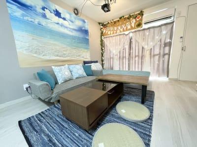 お部屋を夏仕様に変えました。暑い夏でも涼しく夏を感じていいただける様にブルーを基調のインテリアに期間限定で変更しております。 - HAPPYスペースかしわ パーティールーム、撮影の室内の写真